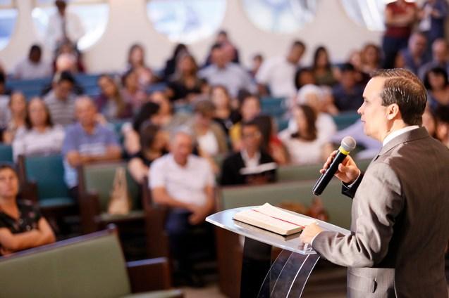 Pastor Arilton Oliveira prega na Igreja Central de Londrina. (Foto: Gustavo Cidral)