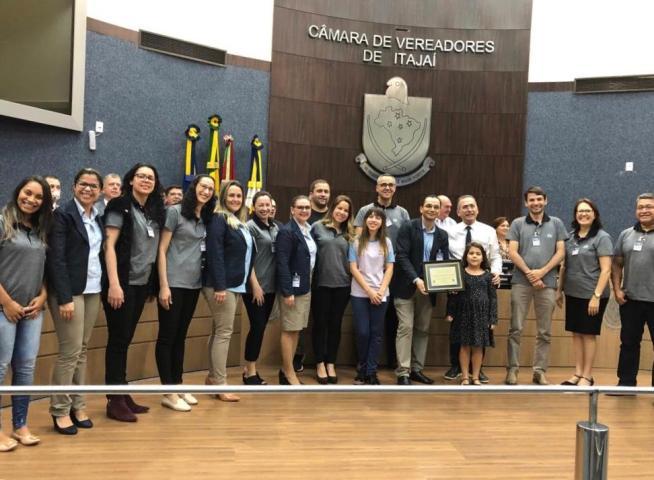 Professores e estudantes estiveram presentes para receberam a homenagem