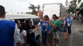 O grupo levou água, suco, pães e frutas para serem distribuídos. (Foto: Arquivo pessoal)