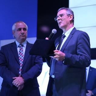 Presidente da AMC entrega lembrança ao Presidente da USeB, como reconhecimento pelo apoio ao canal da esperança, em BH. (Foto: Renata Paes)