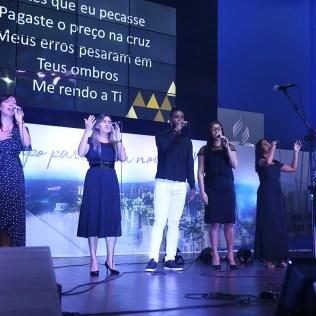 Ministério de Louvor da Igreja a Pampulha abriu a programação. (Foto: Renata Paes)