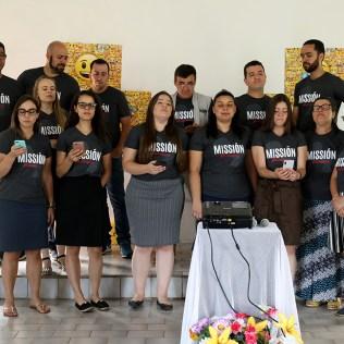 Voluntários cantaram no culto. (Foto: Dinei Avelar)