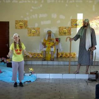 Encenação para as crianças. (Foto: Dinei Avelar)