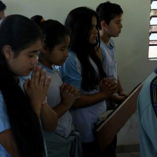 Alunos participam de culto. (Foto: Dinei Avelar)
