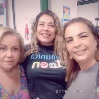 Gabriela ao centro com as diretoras Claudia (esq) e Marcia, da Escola Municipal Abelardo Chacrinha.