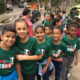 Crianças do projeto saindo da Rocinha para cantar fora.