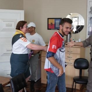 Voluntários foram recebidos com saudações dos militares. (Foto: Divulgação)