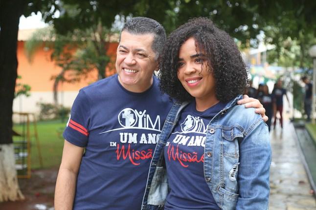 Pr. José Venefrides, Líder de Jovens da União Sudeste, com uma das jovens do Um Ano em Missão. (Foto: José Venefrides)