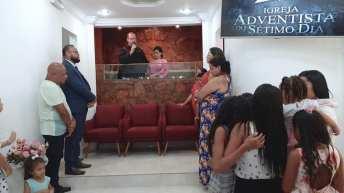 Pastor Aguinaldo Guimarães, presidente dos adventistas das regiões leste e norte de São Paulo, realizou um batismo na igreja de Jardim Mabel, durante o programa Reencontro (Foto: Arquivo Pessoal).