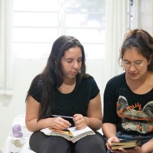 Nicolly Dutra recebe estudo bíblico pela missionária.