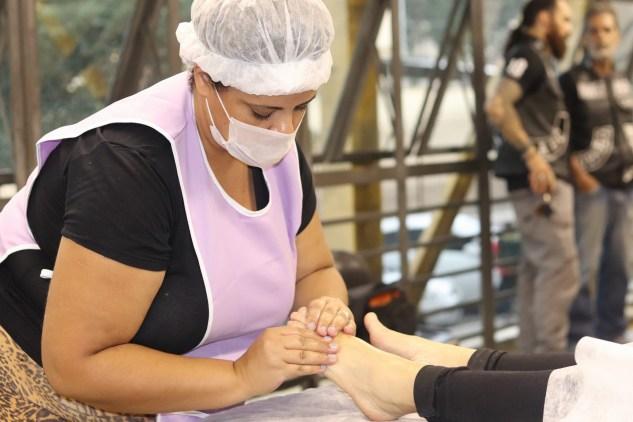 Beneficiadas receberam massagens durante a ação (Foto: Lourinaldo José da Silva)
