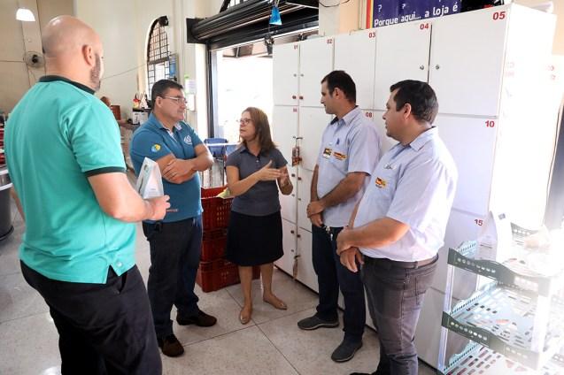 Equipe da Educação Adventista e do supermercado Bom Dia. Trabalhadores foram aplaudidos pelos clientes. (Foto: Dinei Avelar)