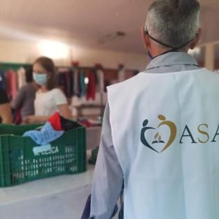 Voluntários preparam ambiente para receber comunidade carenteMais de 1.500 peças de roupas foram doadas a famílias de venezuelanos[Foto: Reprodução].