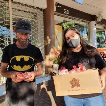 Doação de lanche a pessoas carentes em Chpecó. [Foto: Reprodução].