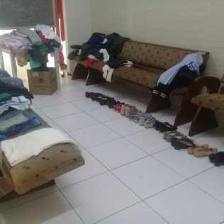 Dezenas de peças de roupas e calçados também foram arrecadados no distrito de Chabilândia, SP (Foto: Arquivo Pessoal).
