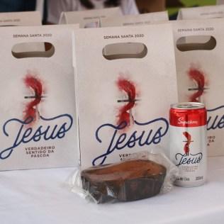 Kit de páscoa entregue aos pais dos alunos remete à Santa Ceia