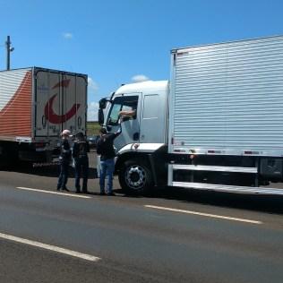 Motoristas foram abordados para receberem as doações. (Foto: Marcos Pereira)