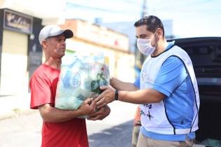 Enrega de doações (Foto: Renata Paes)