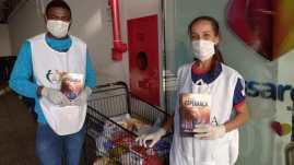 Jovens da Igreja Adventista de Central de Concórdia em ação de arrecadação de alimentos. [Foto: Reprodução].