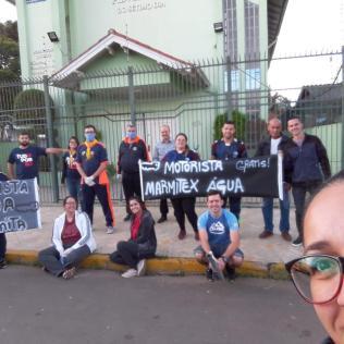 Voluntários de Canoas, na Grande Porto Alegre, oferecem alimentos para trabalhadores essenciais