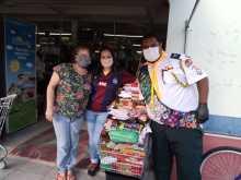 Voluntários durante ação para trocar máscaras por alimentos . [Foto: Reprodução].