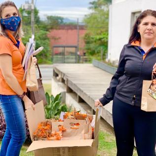 Funcionários preparam presentes para serem entregues para as mães de alunos.[Foto: Colégio Adventista].