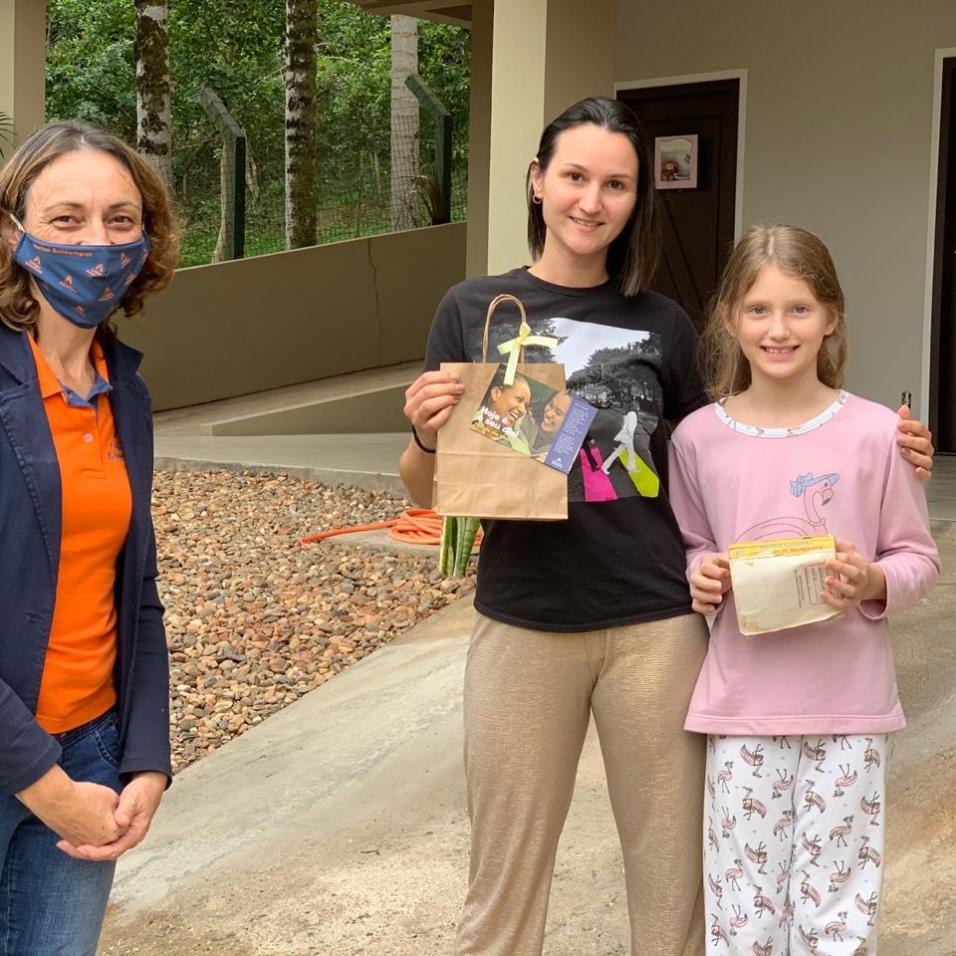 Mães receberam presentes em suas casas.[Foto: Colégio Adventista].