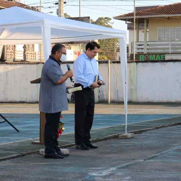 Pastor João Rostirolla e o ancião Élcio Crispim conduzem programação. [Foto: Angela Akemi].