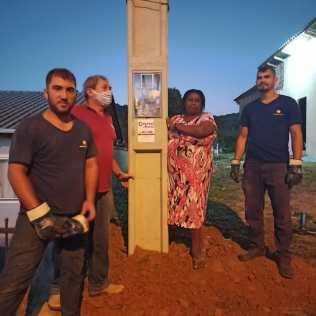Empresa de Joinville também abraçou a causa e deu desconto no valor do poste para ligação de energia elétrica.[Foto: Harry Metzner].