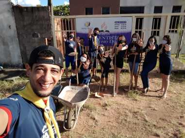 Calebes de Araguaína fazem mutirão de limpeza na quadra poliesportiva, escola e ruas da cidade