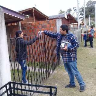 Alan, entregando livros missionários.