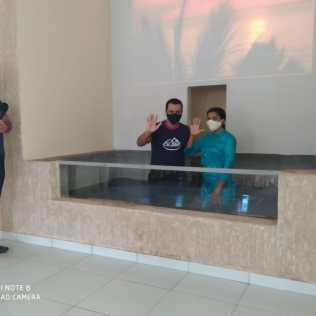Tomando os devidos cuidados pastor realiza batismo