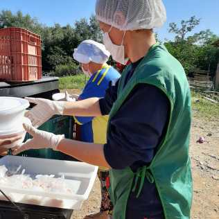 Grupo transporta e entrega marmitas nas ruas e casas de comunidades carentes (Foto: Divulgação)