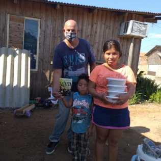 Família recebe marmitas de voluntário (Foto: Divulgação)