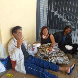 Moradores em situação de rua recebem marmitas dos voluntários (Foto: Divulgação)