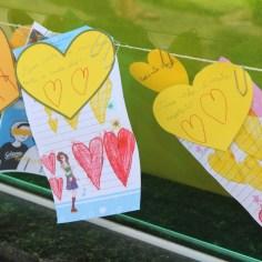 Bilhetes colocados em corações amarelos (Foto: Ana Paula Oliveira)