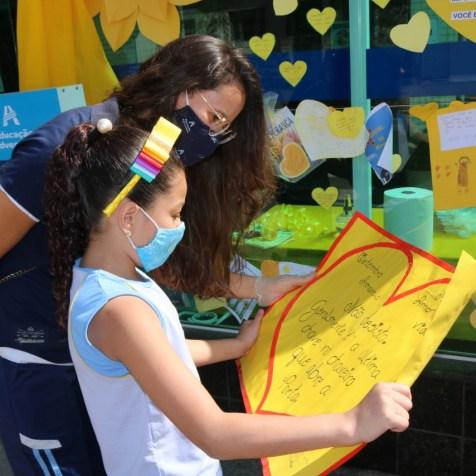 Alunos criaram cartazes com mensagens de esperança (Foto: Ana Paula Oliveira)