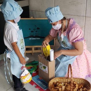 Os alunos se vestiram como cozinheiros e aprenderam a necessidade de se alimentar bem (Foto: Marina Faria)