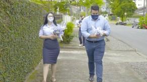 Kits foram distribuídos em ruas das proximidades da sede administrativa da Igreja Adventista local.[Foto: Miqueas Almeida].