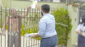 Dos portões de suas casas, moradores receberam presentes.[Foto: Miqueas Almeida].