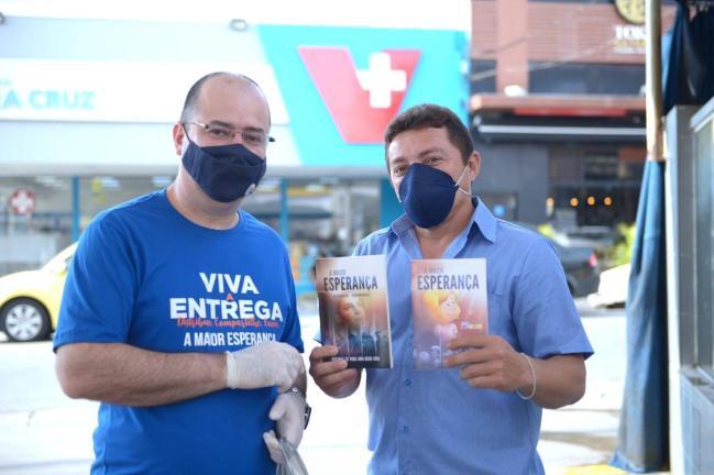 Pastor Aguinaldo Guimarães, presidente da Associação Paulista Leste, distribui livros no bairro Vila Matilde (Foto: Elvis Natali)