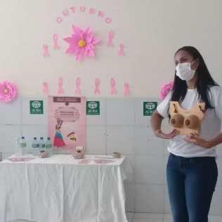 A profissional da área de saúde, falando da importância do autoexame das mamas