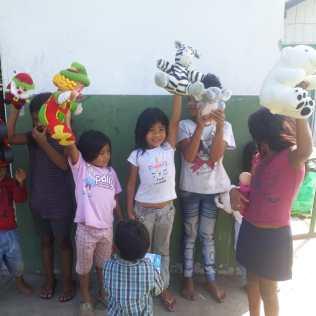 Crianças com brinquedos recebidos. [Foto: Secretaria Especial de Saúde Indígena]
