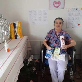 Moradores do lar de idosos receberam kits de higiene, de beleza e cartazes dos alunos.[Foto: Arquivo Colégio Adventista]