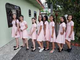 Meninas ganharam vestido para dia de princesa.[Foto: Reprodução].