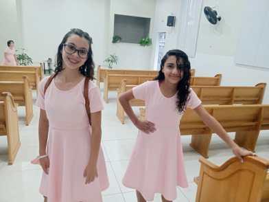 Vestidos para o dia de princesa foi um presente do Clube de Desbravadores. [Foto: Reprodução].