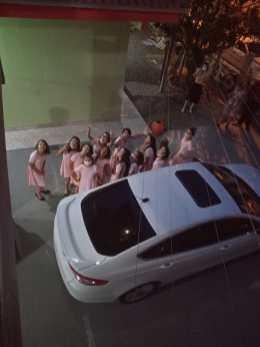 Meninas foram transportados de carro até local do jantar. [Foto: Reprodução].