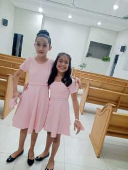 Vestidos de princesa foram entregues pelo Clube de Desbravadores.[Foto: Reprodução].