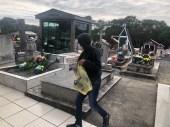 Fiéis durante distribuição de literaturas no cemitério.[Foto: Jonatan Solar]