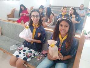 Bondes foram entregues as meninas do clube.[Foto: Reprodução].